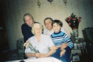 Майбутній шаховий майстер Сергій Муха із журналістами - бабусею та батьками
